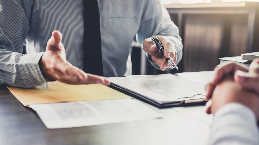 Uomo d'affari e avvocato maschile o giudice consulta avendo incontro di squadra con il cliente.Legge e concetto di servizi legali.